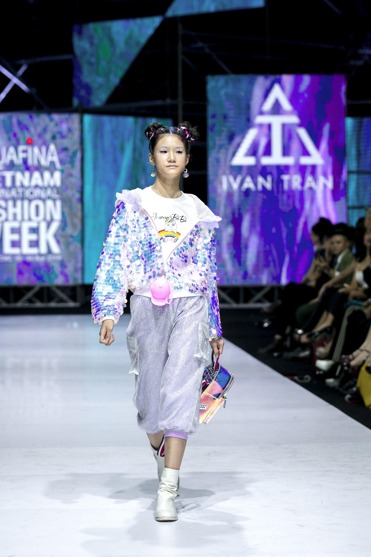 Sau ồn ào cát-xê giá khủng, Hoa hậu Hương Giang hóa thân thành nữ chiến binh sắc lạnh, gợi cảm tự tin làm vedette trong show thời trang - Ảnh 5.