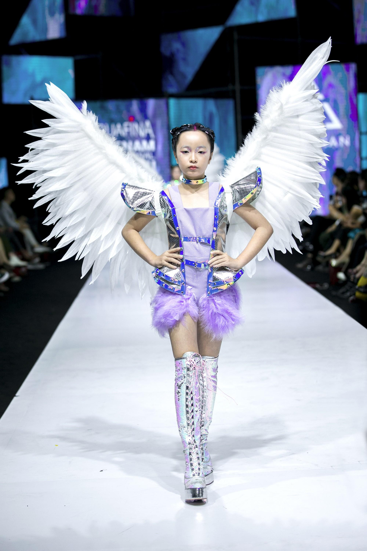 Sau ồn ào cát-xê giá khủng, Hoa hậu Hương Giang hóa thân thành nữ chiến binh sắc lạnh, gợi cảm tự tin làm vedette trong show thời trang - Ảnh 6.