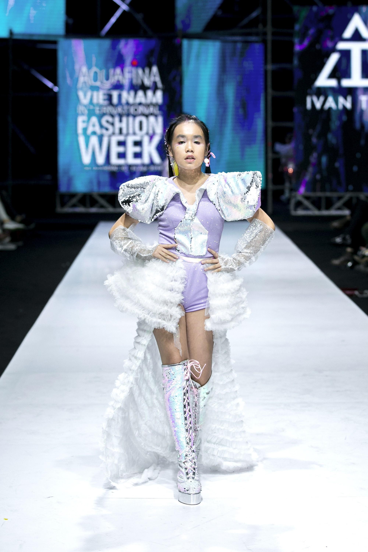 Sau ồn ào cát-xê giá khủng, Hoa hậu Hương Giang hóa thân thành nữ chiến binh sắc lạnh, gợi cảm tự tin làm vedette trong show thời trang - Ảnh 7.
