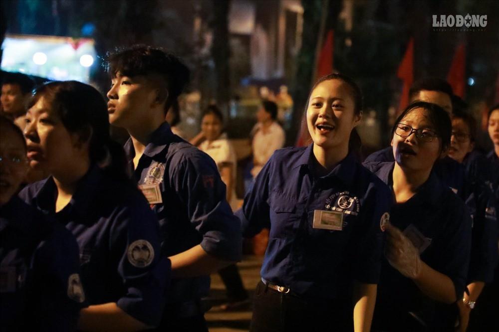 Sinh viên tình nguyện thâu đêm nhặt rác quanh khu vực Đền Hùng - Ảnh 10.