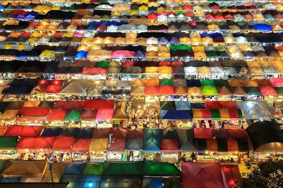 Quẩy nhiệt tình với Tết té nước Songkran xong đừng quên ghé qua khu chợ đêm nổi tiếng này ở Bangkok để ăn sập thế giới nhé! - Ảnh 1.