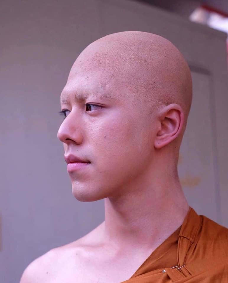 Hết hồn với hình ảnh mỹ nam Friend zone cạo đầu cạo luôn cả hàng lông mày, cũng may cười lên vẫn đẹp trai - Ảnh 4.