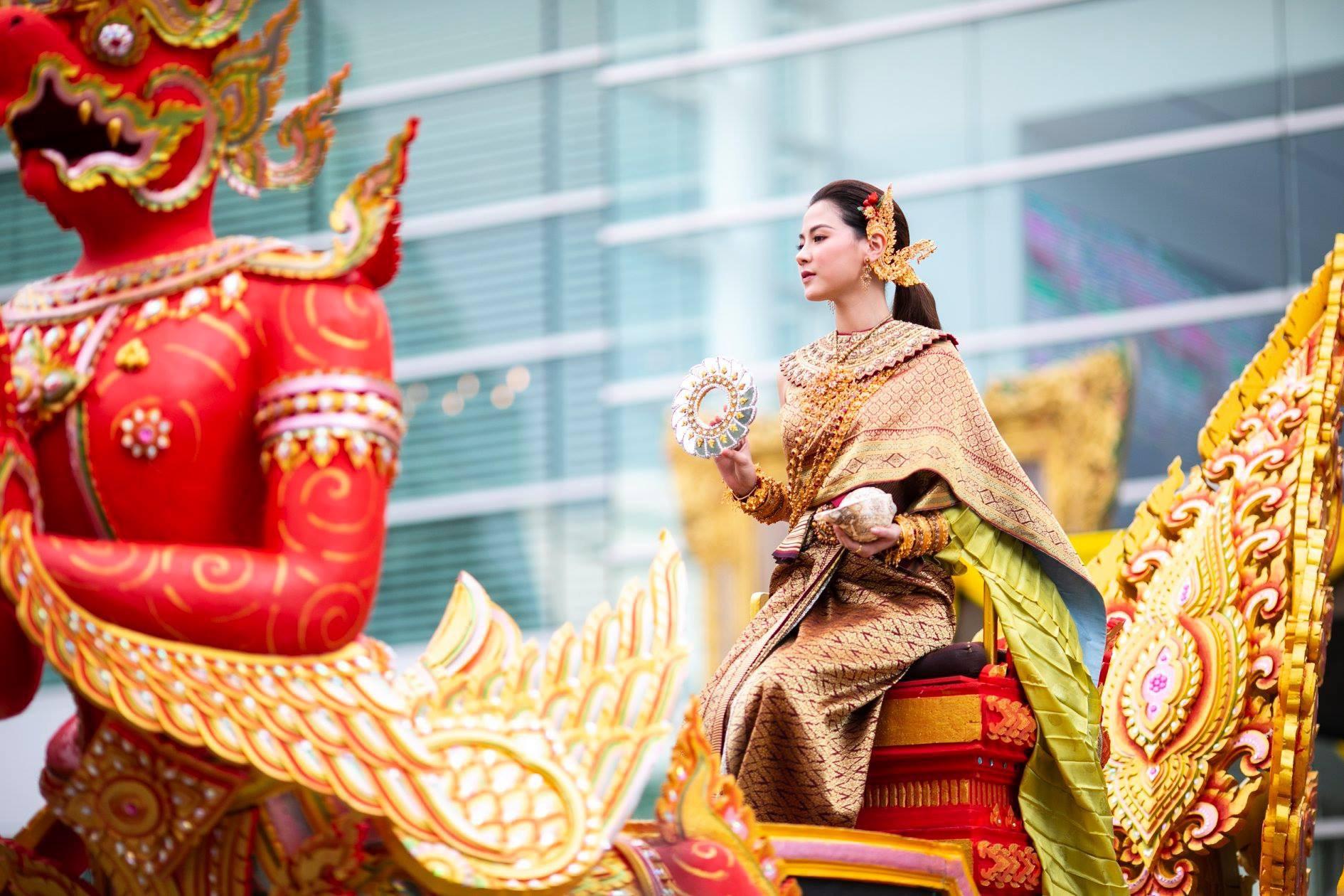 Dân tình náo loạn với nhan sắc cực phẩm của nữ thần Thungsa trong lễ Songkran 2019 tại Thái Lan - Ảnh 8.