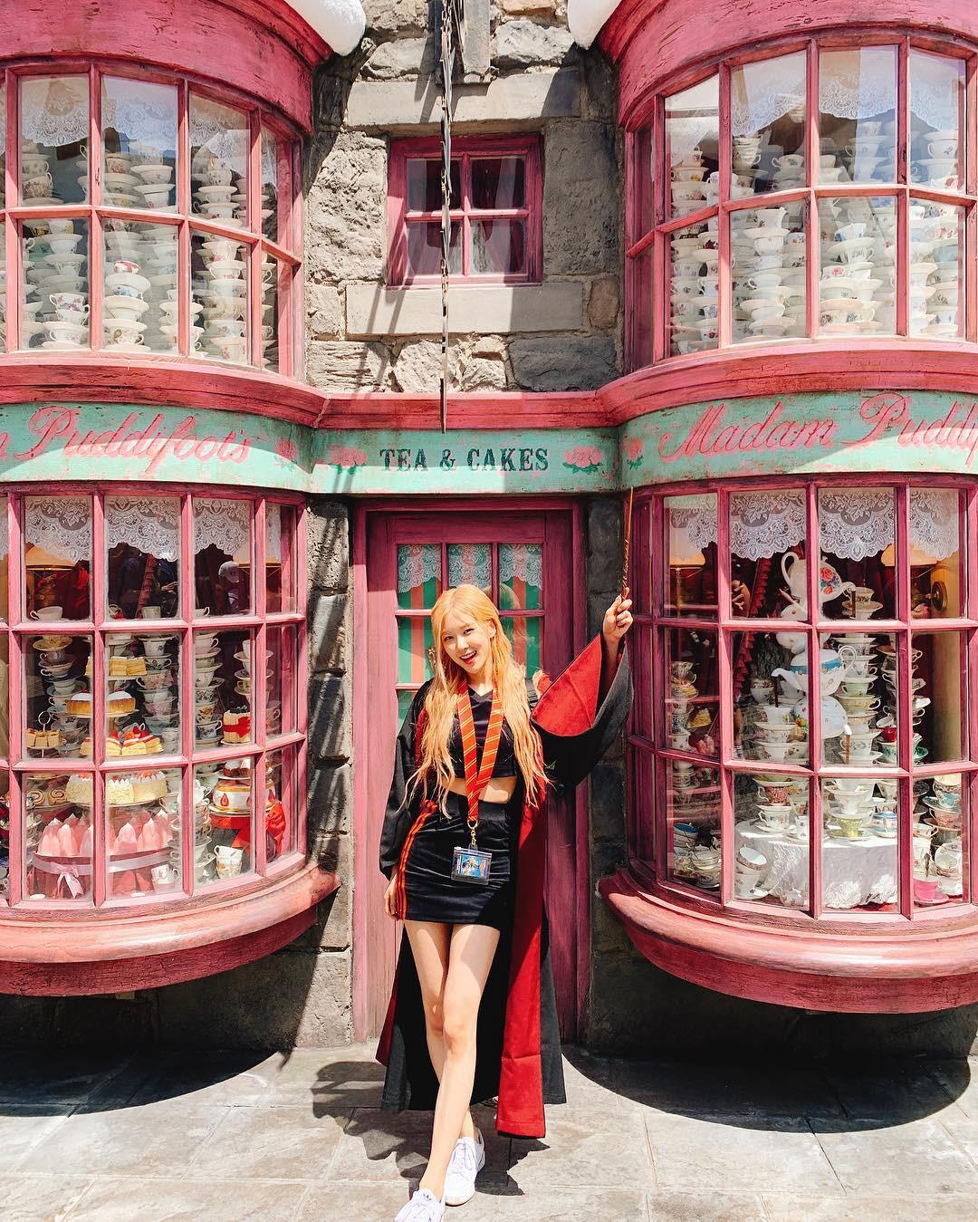 Đúng là gái xinh thì mặc gì cũng đẹp: Mỹ nhân Black Pink khoác áo choàng Harry Potter thôi mà cũng sexy thế này - Ảnh 2.