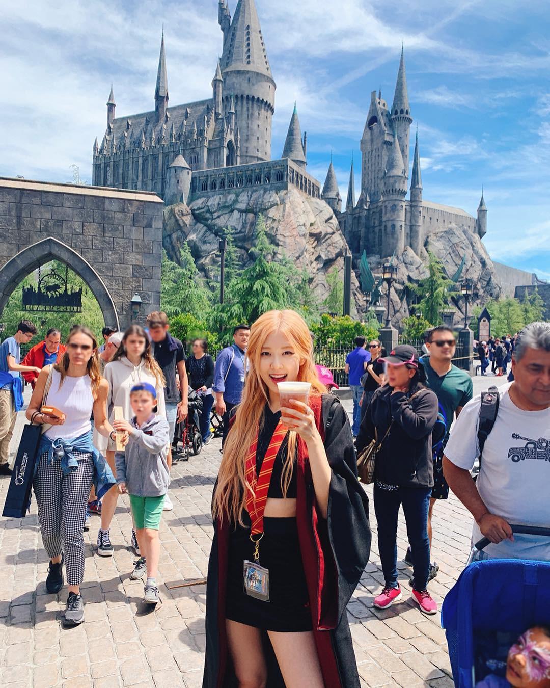 Đúng là gái xinh thì mặc gì cũng đẹp: Mỹ nhân Black Pink khoác áo choàng Harry Potter thôi mà cũng sexy thế này - Ảnh 5.