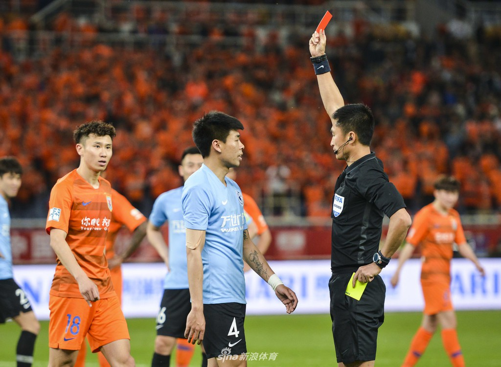 Sốc: Cầu thủ Trung Quốc mất bình tĩnh, nhận thẻ đỏ trực tiếp sau khi móc mũi, tát đối thủ ngay trên sân - Ảnh 3.