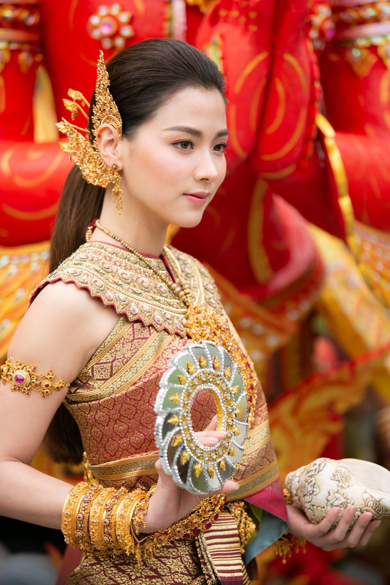 Dân tình náo loạn với nhan sắc cực phẩm của nữ thần Thungsa trong lễ Songkran 2019 tại Thái Lan - Ảnh 4.