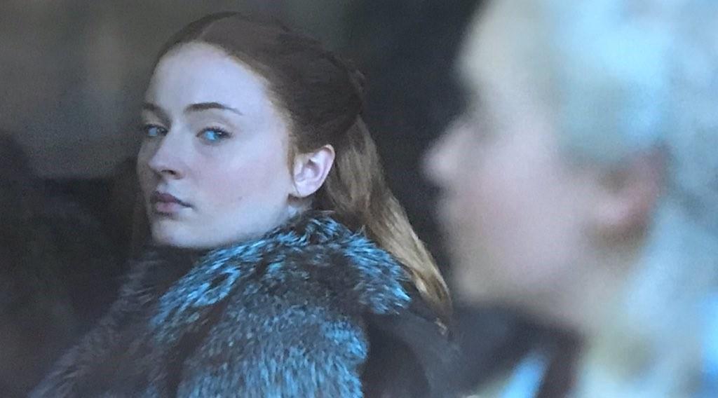 Game of Thrones 8: Mới tập 1, Mẹ Rồng và Sansa đã lườm nhau toét cả mắt - Ảnh 2.