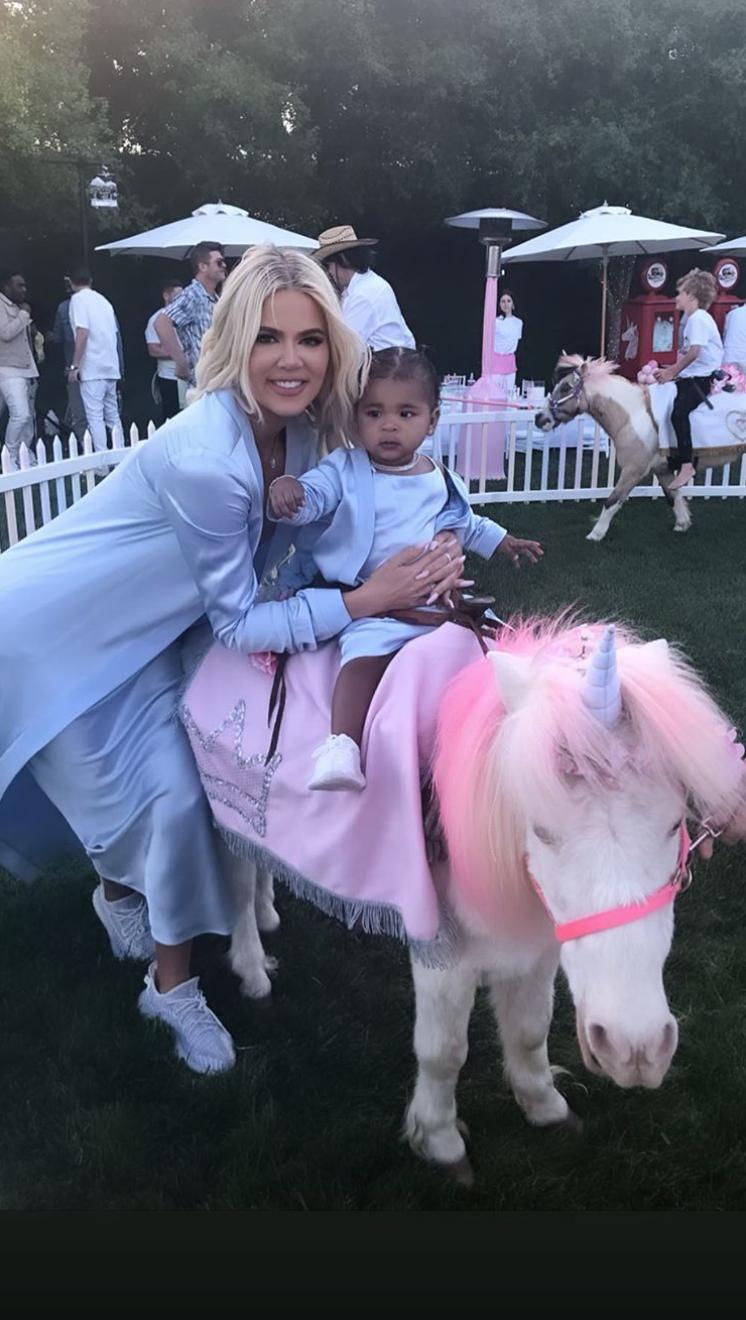 Tiệc sinh nhật 1 tuổi siêu xa xỉ của con gái Khloe: Quy tụ dàn nhóc tì nhà Kardashian, kẻ ngoại tình bất ngờ có mặt - Ảnh 2.