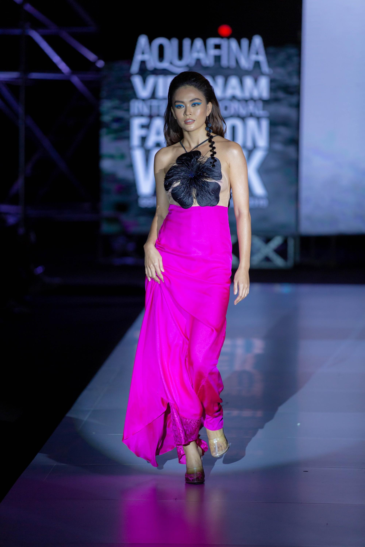 Mâu Thuỷ lập cú đúp vedette trong đêm cuối Aquafina Vietnam International Fashion Week Xuân Hè 2019 - Ảnh 2.