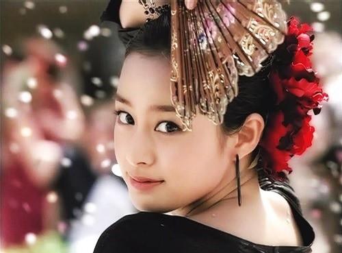 Vẻ đẹp của Kim Tae Hee: Từ nữ thần đại học đến biểu tượng nhan sắc, cả cái bóng phản chiếu trên tường cũng thừa sức gây sốt - Ảnh 13.