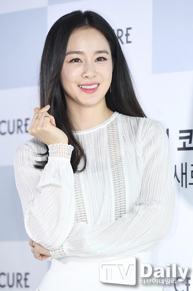 Vẻ đẹp của Kim Tae Hee: Từ nữ thần đại học đến biểu tượng nhan sắc, cả cái bóng phản chiếu trên tường cũng thừa sức gây sốt - Ảnh 20.