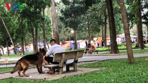 Kinh hãi chó không rọ mõm chạy rông trong công viên Thống Nhất - Ảnh 10.