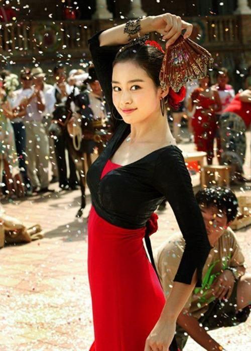 Vẻ đẹp của Kim Tae Hee: Từ nữ thần đại học đến biểu tượng nhan sắc, cả cái bóng phản chiếu trên tường cũng thừa sức gây sốt - Ảnh 10.