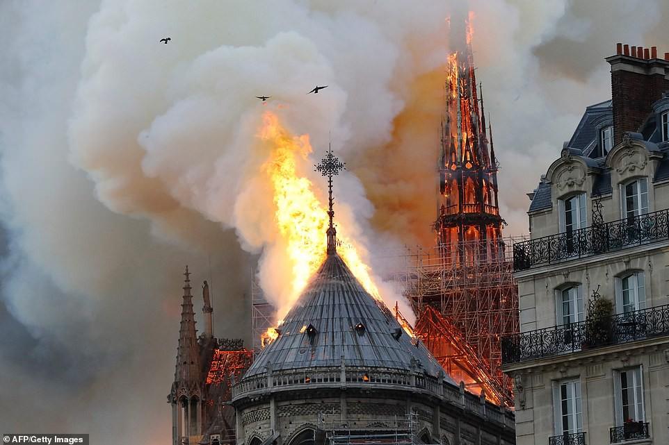 Những hình ảnh thảm khốc khi ngọn lửa lớn tàn phá Nhà thờ Đức Bà Paris tối 15/4 - Ảnh 12.