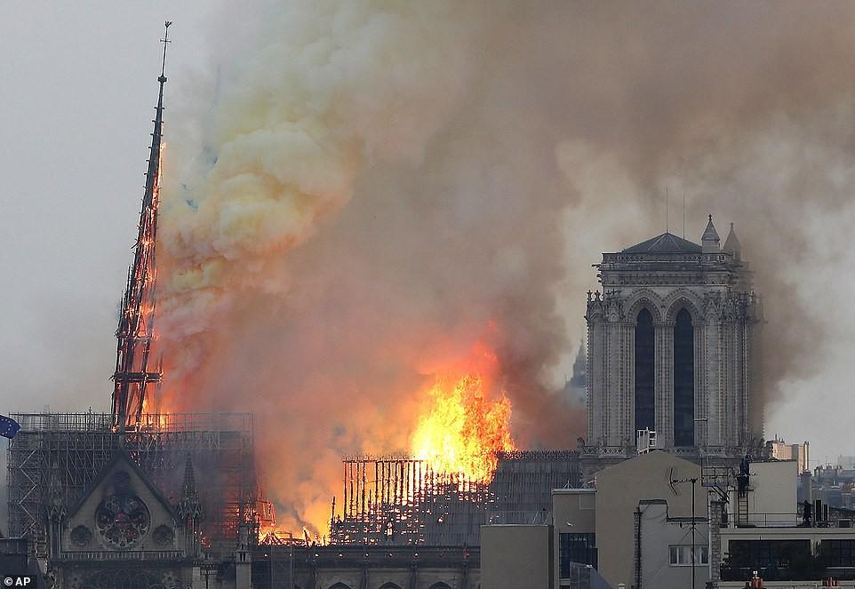 Những hình ảnh thảm khốc khi ngọn lửa lớn tàn phá Nhà thờ Đức Bà Paris tối 15/4 - Ảnh 9.