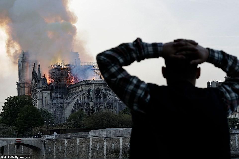 Người dân đau đớn nhìn ngọn lửa dữ dội trước mắt: Paris mà không có Nhà thờ Đức Bà thì không còn là Paris nữa - Ảnh 6.