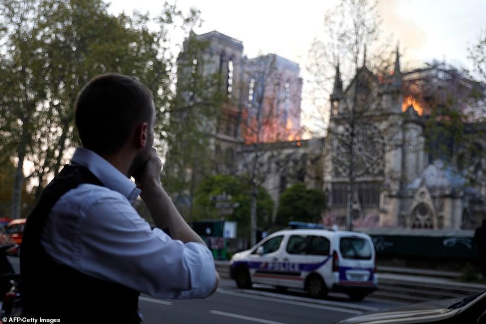 Người dân đau đớn nhìn ngọn lửa dữ dội trước mắt: Paris mà không có Nhà thờ Đức Bà thì không còn là Paris nữa - Ảnh 5.