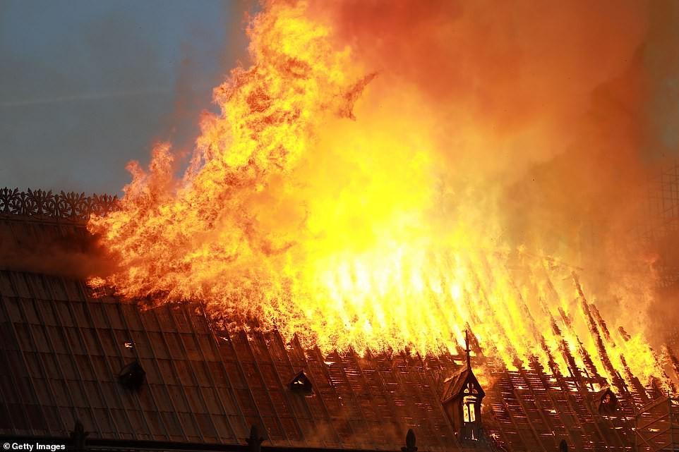 Những hình ảnh thảm khốc khi ngọn lửa lớn tàn phá Nhà thờ Đức Bà Paris tối 15/4 - Ảnh 10.