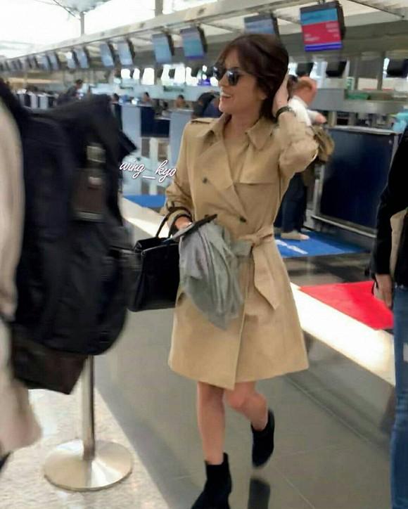 Song Hye Kyo khiến fan lo lắng vì đôi chân gầy khẳng khiu, lộ vẻ sụt cân thấy rõ tại sân bay trở về Hàn Quốc - Ảnh 1.