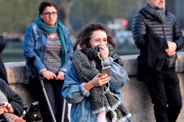 Người dân đau đớn nhìn ngọn lửa dữ dội trước mắt: Paris mà không có Nhà thờ Đức Bà thì không còn là Paris nữa. - Ảnh 2.