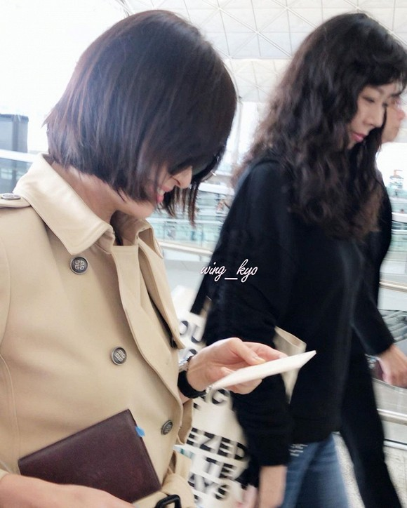 Song Hye Kyo khiến fan lo lắng vì đôi chân gầy khẳng khiu, lộ vẻ sụt cân thấy rõ tại sân bay trở về Hàn Quốc - Ảnh 4.