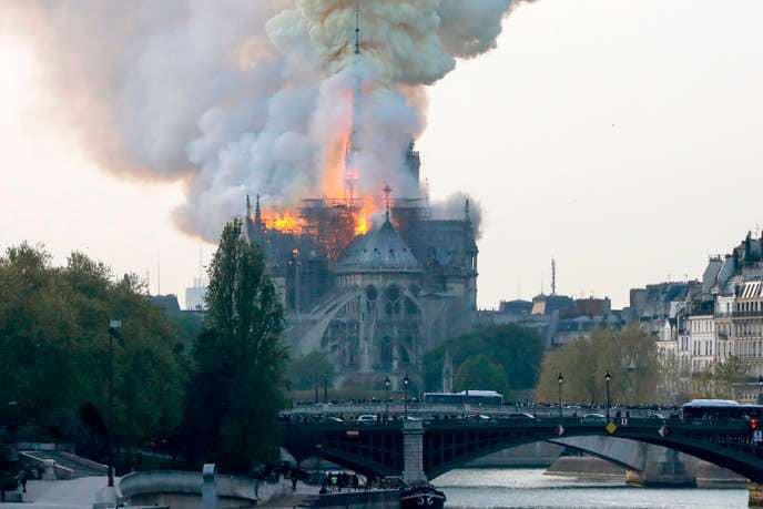 Mới 1 năm trước, Nhà thờ Đức Bà Paris từng bị liệt vào danh sách những kiến trúc đang lâm nguy và sắp thành đống đổ nát - Ảnh 4.