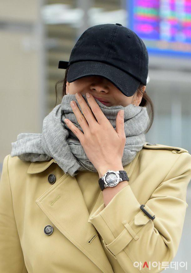 Song Hye Kyo khiến fan lo lắng vì đôi chân gầy khẳng khiu, lộ vẻ sụt cân thấy rõ tại sân bay trở về Hàn Quốc - Ảnh 7.