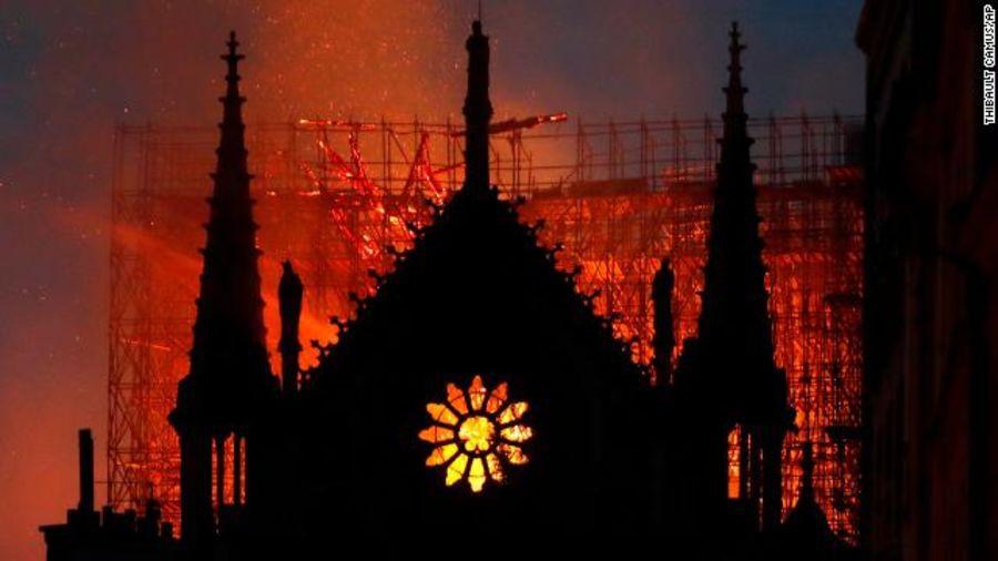 Những hình ảnh thảm khốc khi ngọn lửa lớn tàn phá Nhà thờ Đức Bà Paris tối 15/4 - Ảnh 19.