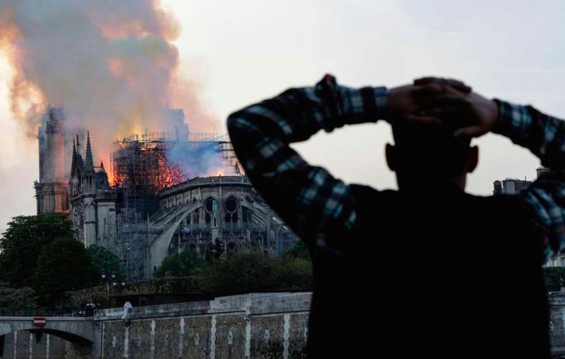 Người dân đau đớn nhìn ngọn lửa dữ dội trước mắt: Paris mà không có Nhà thờ Đức Bà thì không còn là Paris nữa. - Ảnh 4.