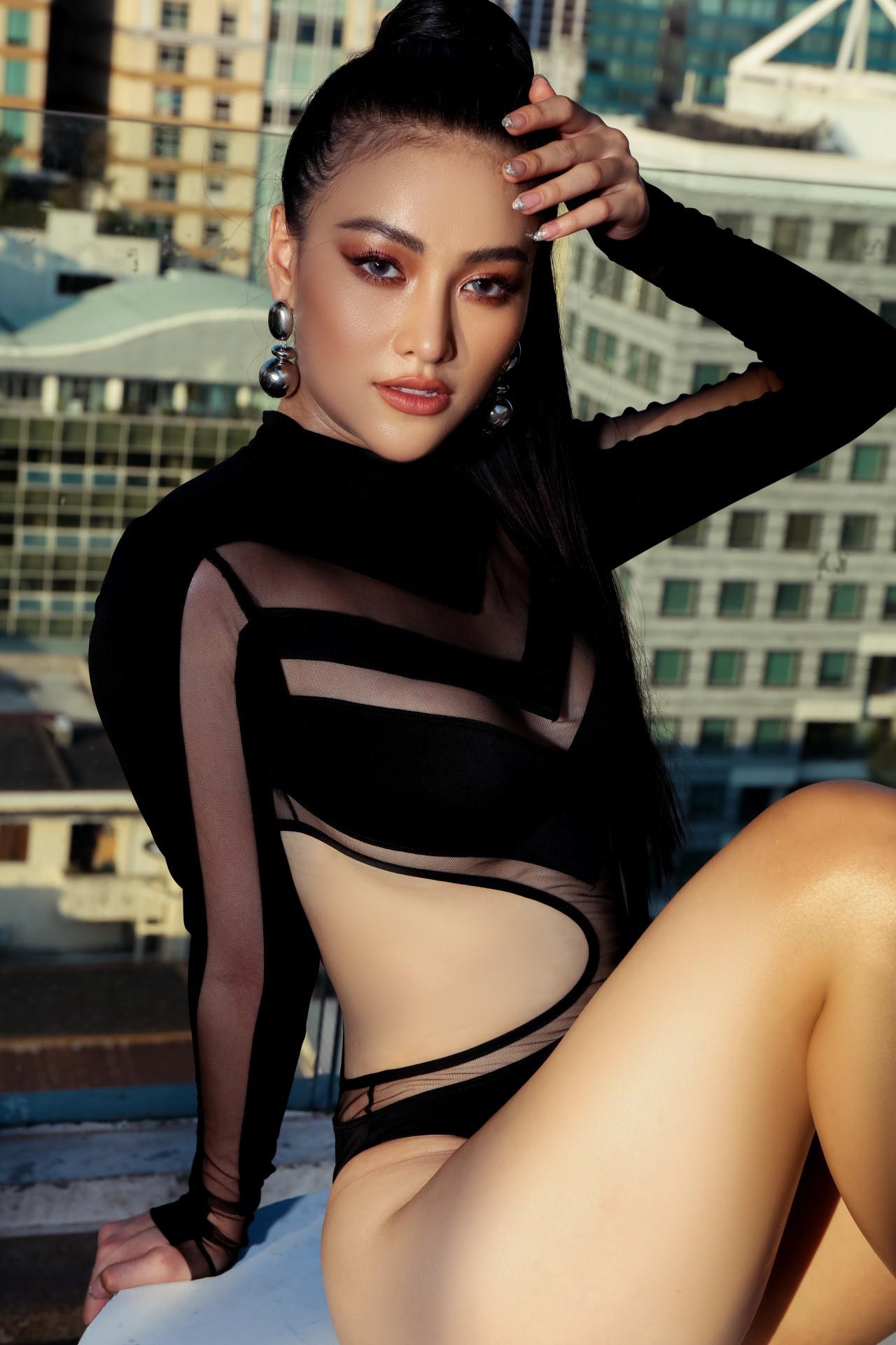 Hoa hậu Phương Khánh mặc bikini khoe body nóng bỏng, chân dài thẳng tắp trên nóc toà nhà cao tầng - Ảnh 13.