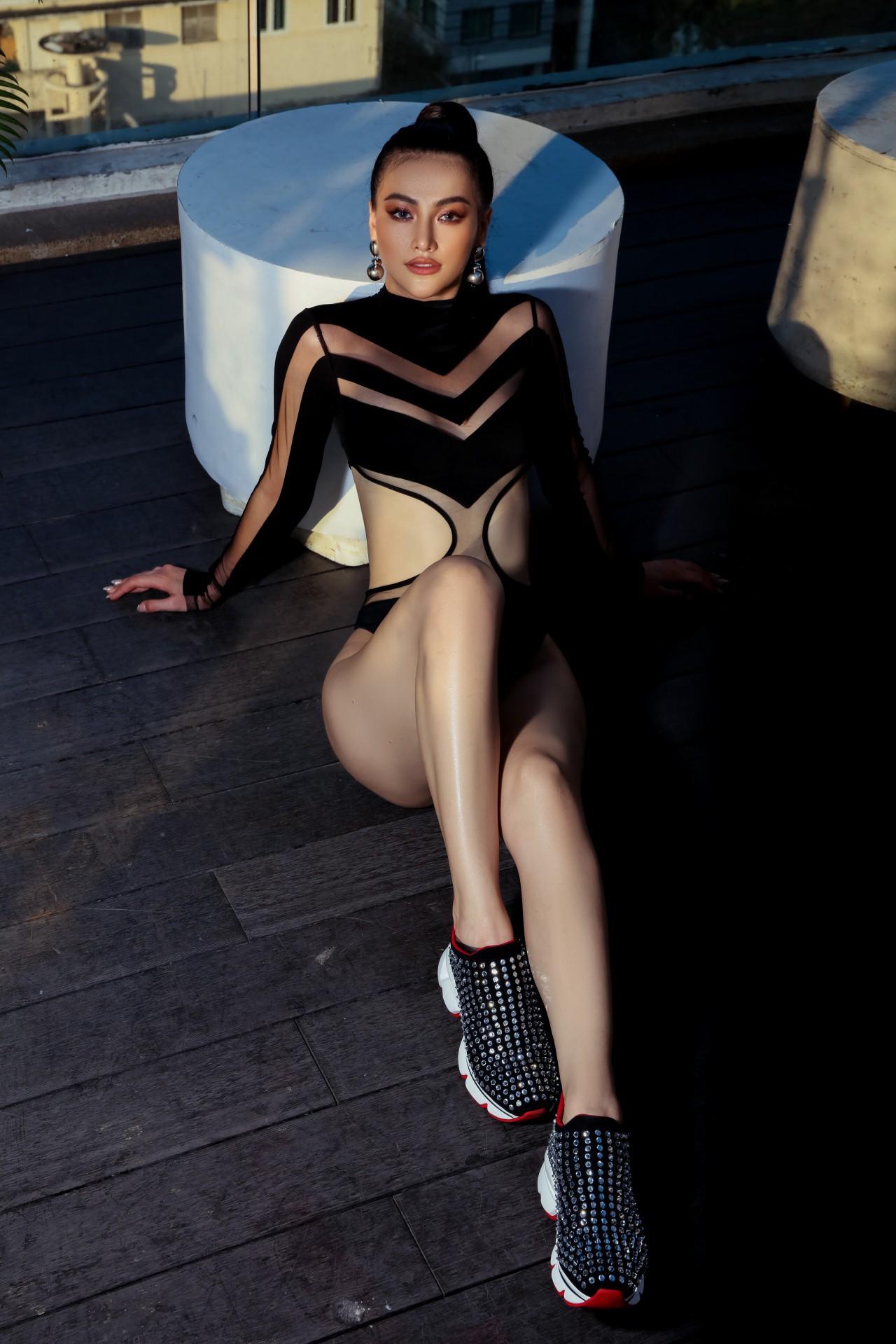 Hoa hậu Phương Khánh mặc bikini khoe body nóng bỏng, chân dài thẳng tắp trên nóc toà nhà cao tầng - Ảnh 14.