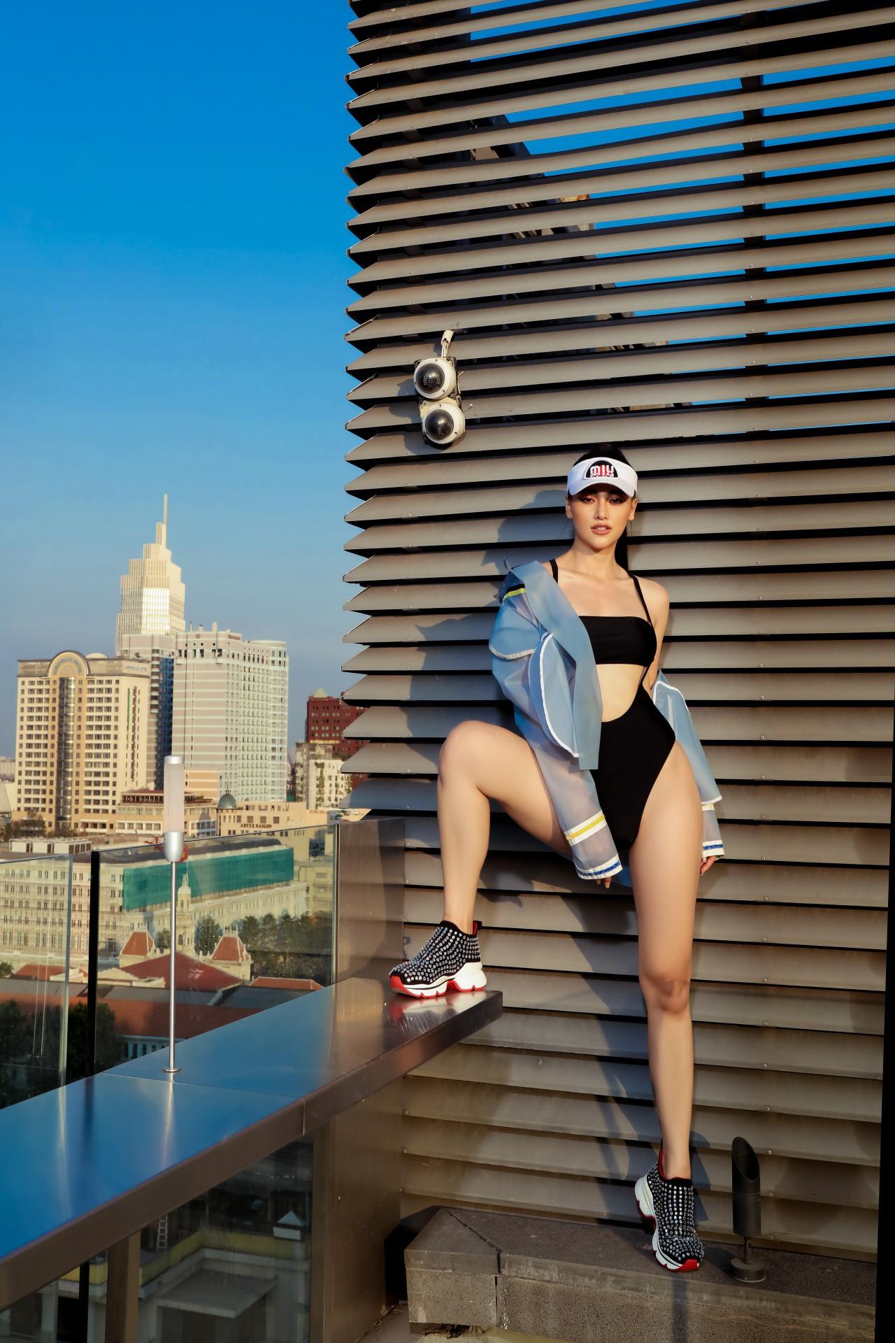 Hoa hậu Phương Khánh mặc bikini khoe body nóng bỏng, chân dài thẳng tắp trên nóc toà nhà cao tầng - Ảnh 17.