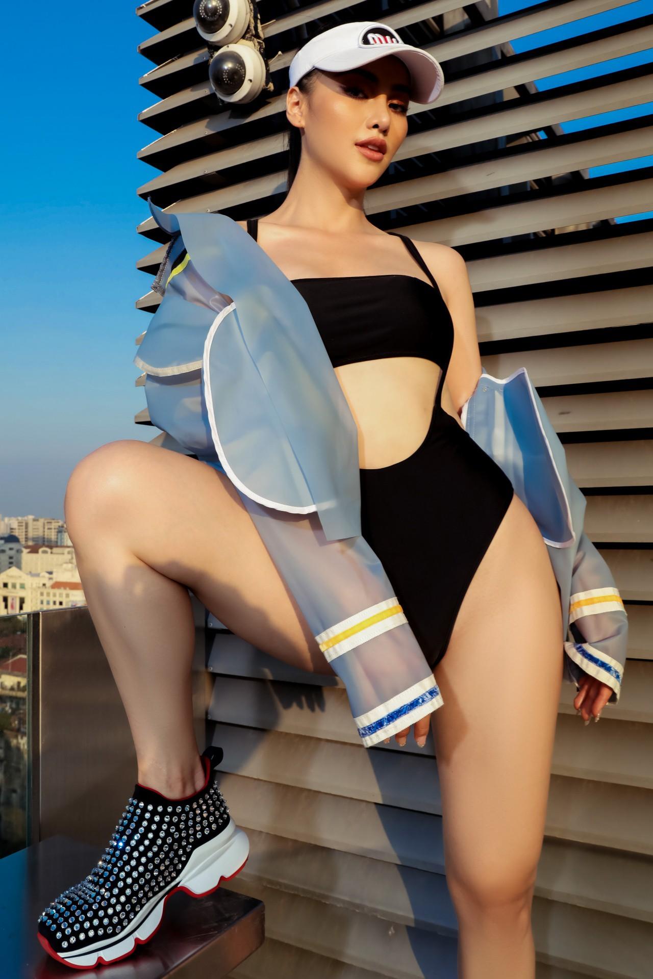 Hoa hậu Phương Khánh mặc bikini khoe body nóng bỏng, chân dài thẳng tắp trên nóc toà nhà cao tầng - Ảnh 19.