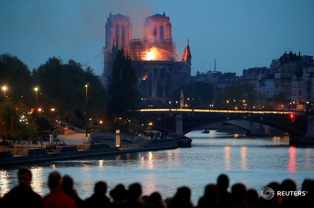 Người dân đau đớn nhìn ngọn lửa dữ dội trước mắt: Paris mà không có Nhà thờ Đức Bà thì không còn là Paris nữa - Ảnh 16.
