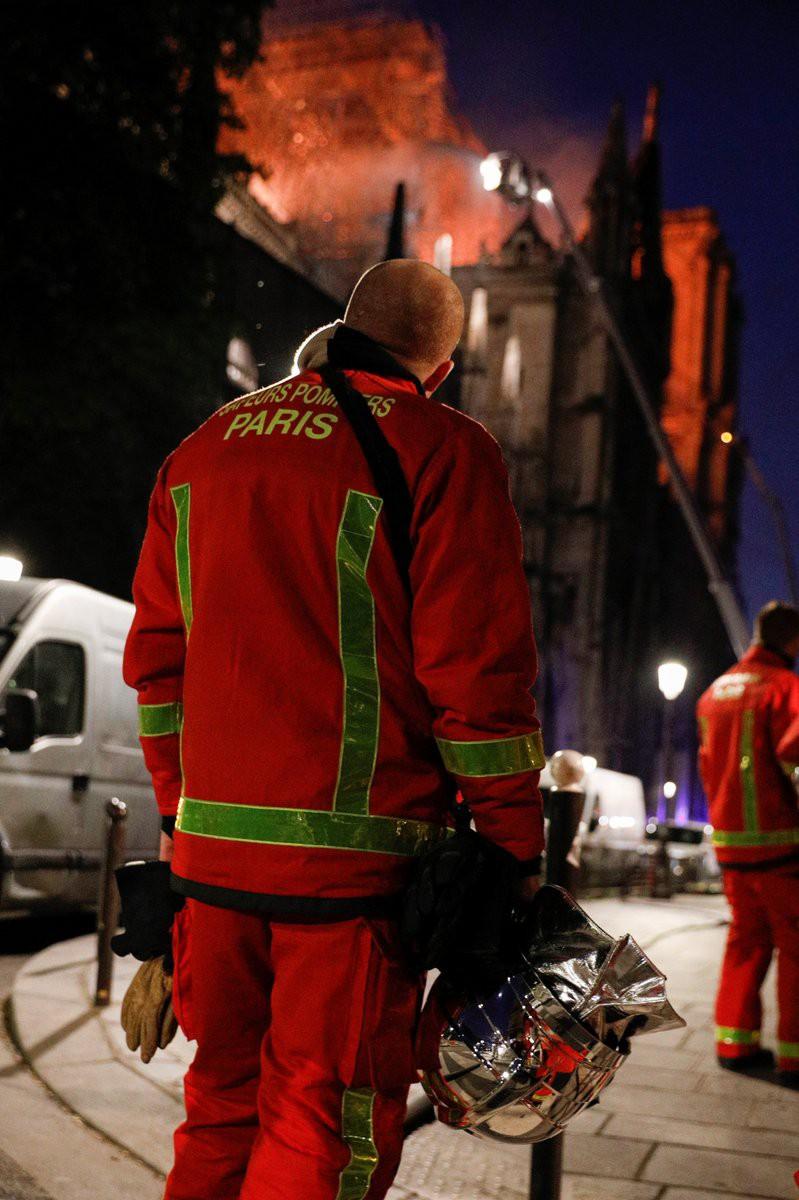 Người dân đau đớn nhìn ngọn lửa dữ dội trước mắt: Paris mà không có Nhà thờ Đức Bà thì không còn là Paris nữa. - Ảnh 7.