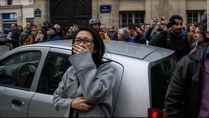 Người dân đau đớn nhìn ngọn lửa dữ dội trước mắt: Paris mà không có Nhà thờ Đức Bà thì không còn là Paris nữa. - Ảnh 6.