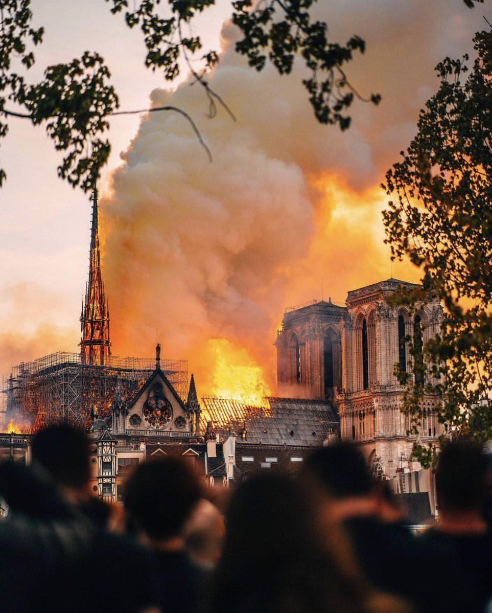 Nghệ sĩ thế giới bàng hoàng trước vụ Nhà thờ Đức Bà Paris bốc cháy: Cảm thấy bất lực khi chứng kiến cảnh tượng này - Ảnh 1.