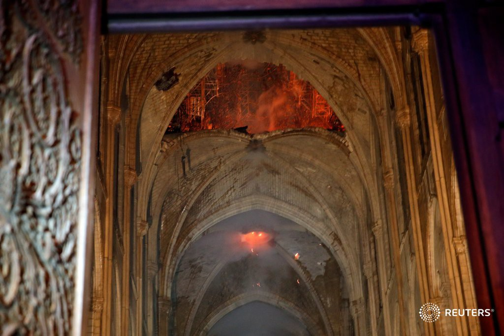 Đám cháy dữ dội bao phủ Nhà thờ Đức Bà Paris, đỉnh tháp 850 năm tuổi sụp đổ - Ảnh 3
