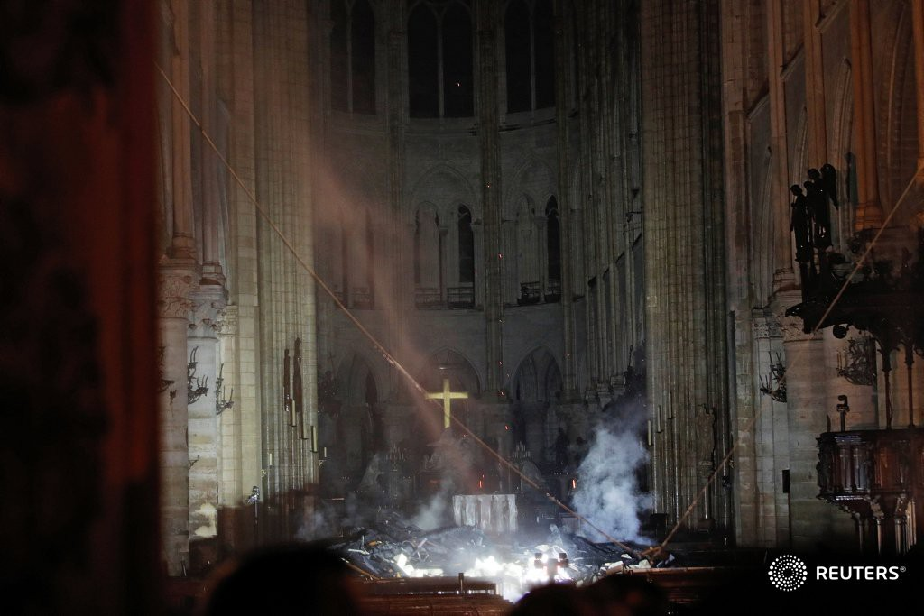 Đám cháy dữ dội bao phủ Nhà thờ Đức Bà Paris, đỉnh tháp 850 năm tuổi sụp đổ - Ảnh 4