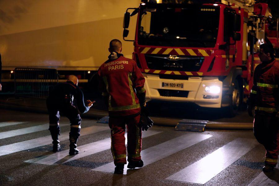 Lính cứu hoả Paris - Những người hùng thức trắng đêm, không màng nguy hiểm để cứu lấy Nhà thờ Đức Bà trong biển lửa - Ảnh 8.