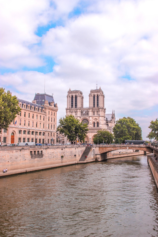 Trước khi sụp đổ một phần vì vụ cháy chấn động, Nhà thờ Đức Bà ở Paris từng là biểu tượng bình yên của cả nước Pháp - Ảnh 11.