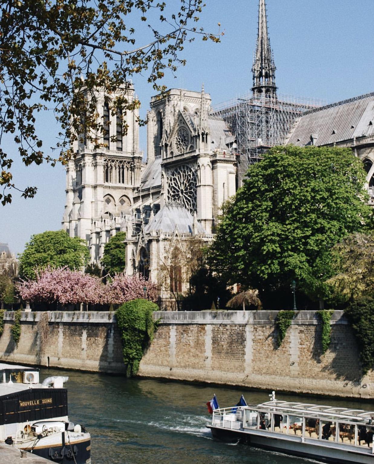Nước mắt thằng Gù trên tháp chuông nhà thờ Đức Bà: Gần 1000 năm lịch sử, ai sẽ phục dựng lại cho nước Pháp và nhân loại? - Ảnh 2.