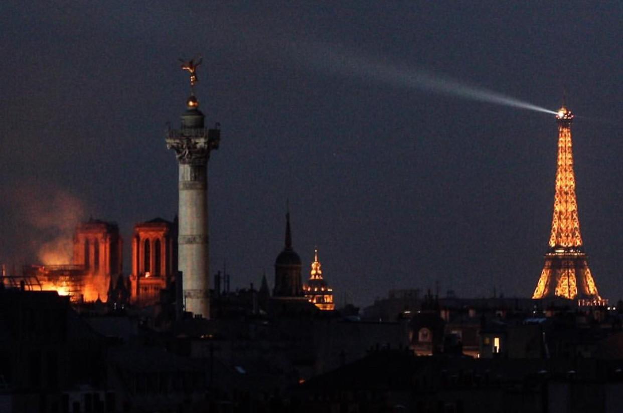 Những hình ảnh thảm khốc khi ngọn lửa lớn tàn phá Nhà thờ Đức Bà Paris tối 15/4 - Ảnh 22.