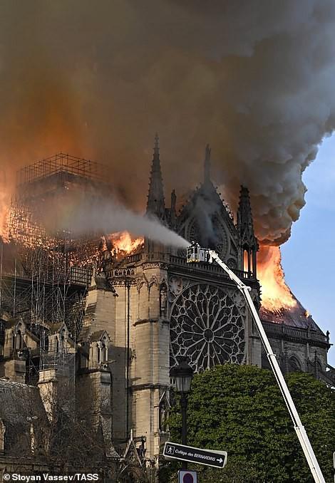 Cháy Nhà thờ Đức Bà ở Paris: Vì sao không thể chữa cháy từ trên không? - Ảnh 1.