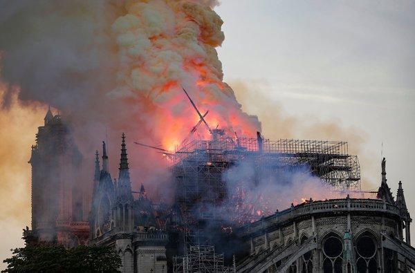 Nước mắt thằng Gù trên tháp chuông nhà thờ Đức Bà: Gần 1000 năm lịch sử, ai sẽ phục dựng lại cho nước Pháp và nhân loại? - Ảnh 1.