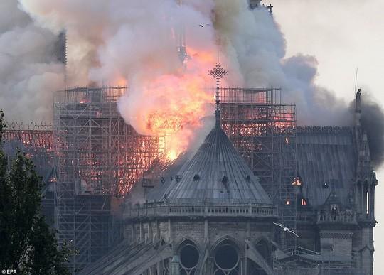Cháy Nhà thờ Đức Bà ở Paris: Vì sao không thể chữa cháy từ trên không? - Ảnh 4.
