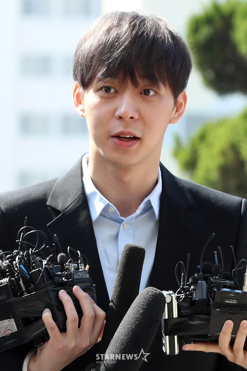 Yoochun chính thức trình diện cảnh sát trước cáo buộc sử dụng ma túy: Gây sốc vì quá tươi tỉnh, liên tục cười mỉm - Ảnh 7.