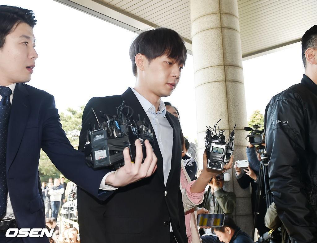 Yoochun chính thức trình diện cảnh sát trước cáo buộc sử dụng ma túy: Gây sốc vì quá tươi tỉnh, liên tục cười mỉm - Ảnh 9.