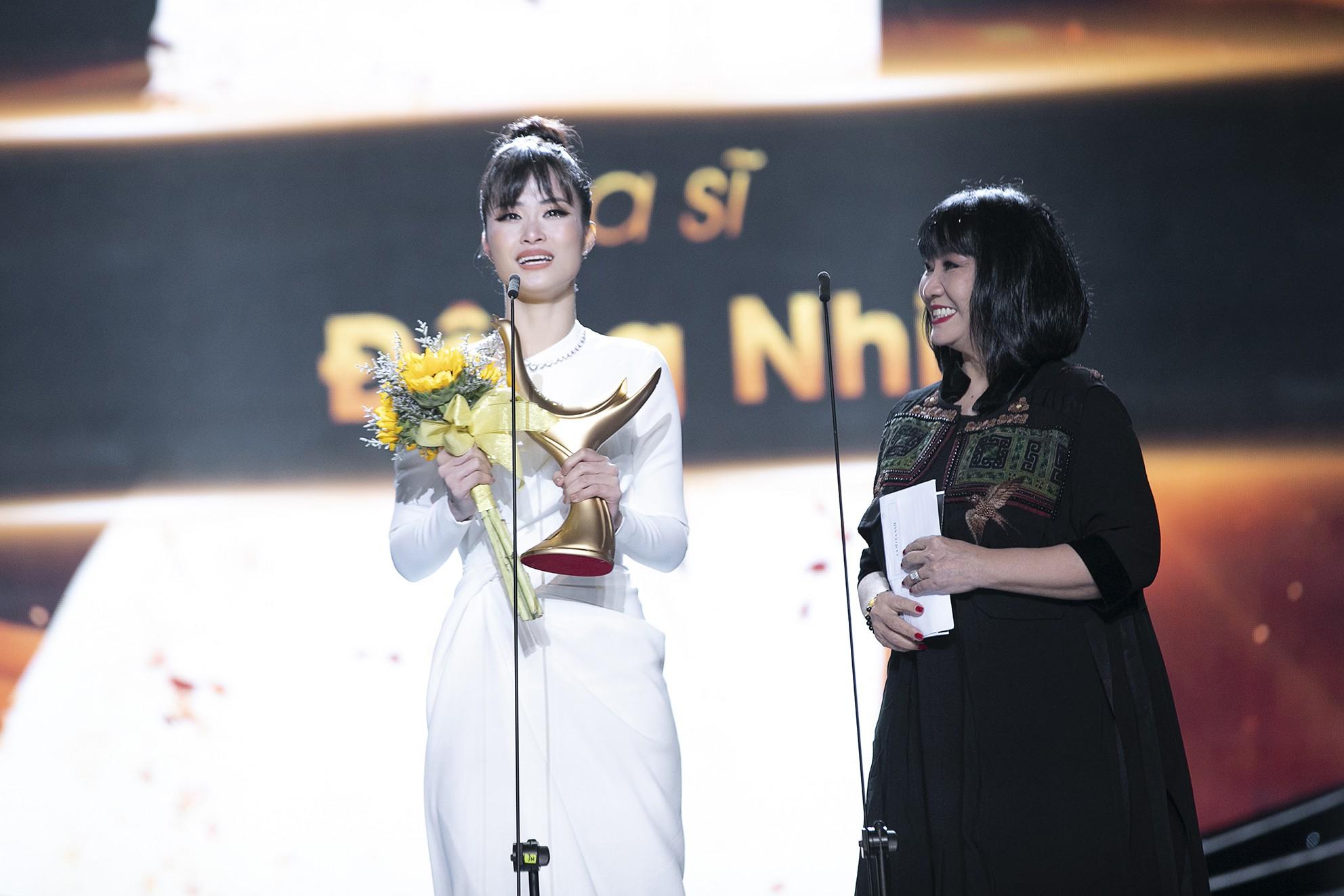 Nhận giải thưởng lớn nhưng hành động của Đông Nhi mới là điều khiến fan tự hào - Ảnh 3.